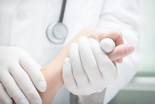 Krebsbehandlung bei schwarze Linie auf Nägeln.