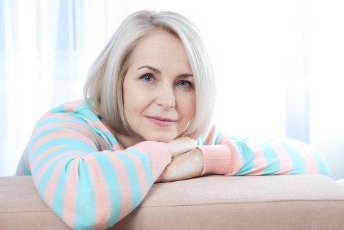 Frau verwendet Kurkuma in der Menopause gegen Schmerzen