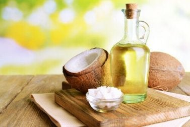 Durch Kokosnussöl bekommst du längere Wimpern.
