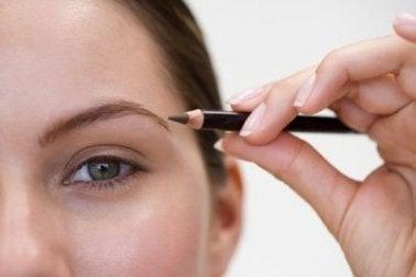 Augenbrauen Make-up, Beauty Tricks für Frauen mit heller Haut.