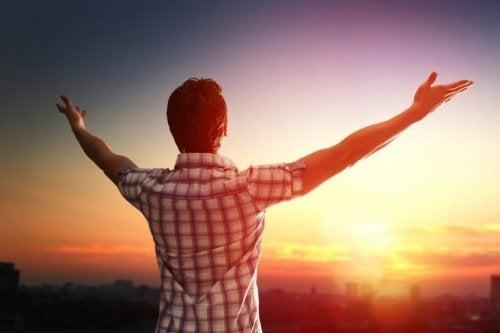 Mann befreit sich von Stress und Nervosität