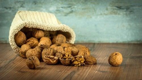 Nüsse und andere Lebensmittel, die glücklich machen