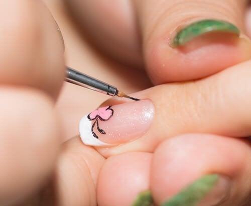 Kreative Ideen für deine Nägel: Feiner Pinsel