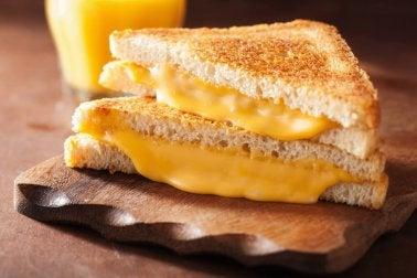 Lebensmittel, die schlecht für unser Herz sind: Schmelzkäse