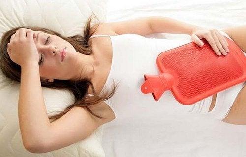 Versuche dich zu entspannen, um schmerzhafte Ovulation zu vermeiden.