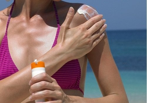 Schwarze Linie auf Nägeln, Sonnencreme kann helfen Hautkrebs zu verhindern.ie-auf-Nägeln