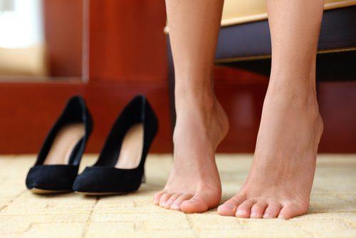 Stelle dich auf die Zehenspitzen, um stärkere Füße zu bekommen und die Durchblutung in den Beinen anzuregen