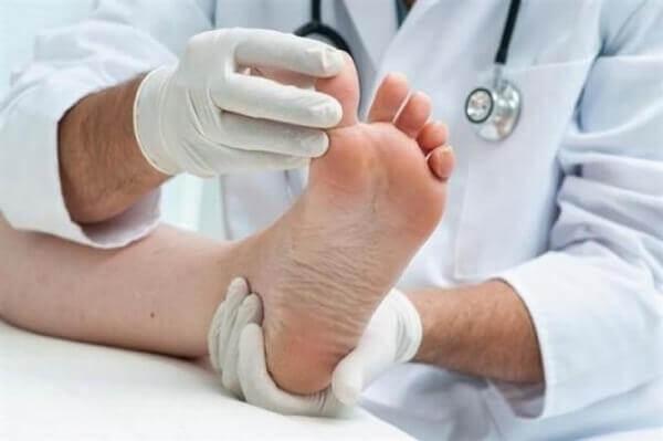 Spreize die Zehen, umgedehnte und stärkere Füße zu bekommen.