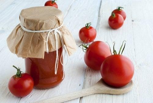 Tomate und Maismehl für seidiges Haar