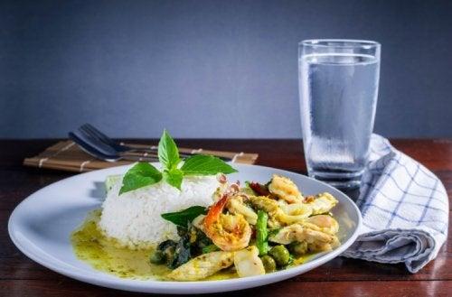 ungesunde Lebensmittelkombinationen: Wasser zum Essen