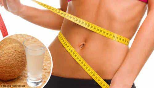 Bekomme einen flacheren Bauch in nur 14 Tagen mit Kokoswasser!