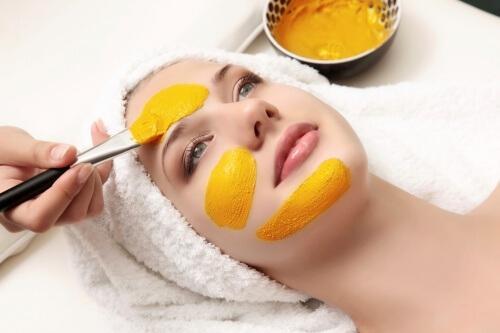 Gesichtsbehandlung -Augenringe und Tränensäcke