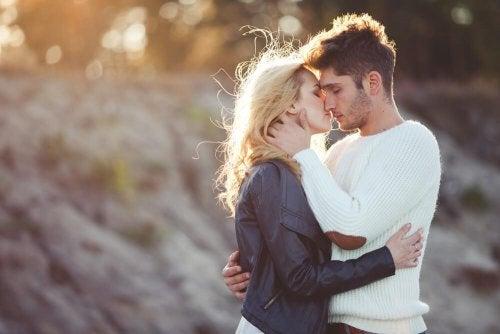 Beziehung in der Dauerkrise: Paar küsst sich nach Streit