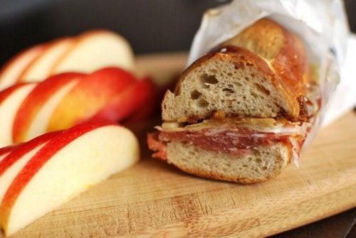 Frühstück voll Energie mit belegtem Brot