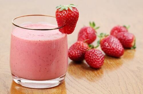 Entgiftender Smoothie mit Erdbeeren