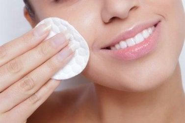 Haut pflegen mit Wattepad