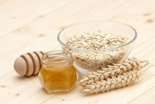 Mit Honig und Haferflocken kannst du Hautunreinheiten eliminieren.