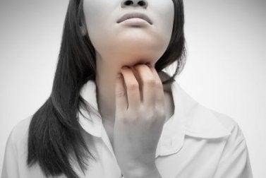 4 natürliche Heilmittel gegen einen kratzigen Hals.