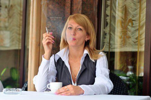 Rauchen kann Herzrasen verursachen.