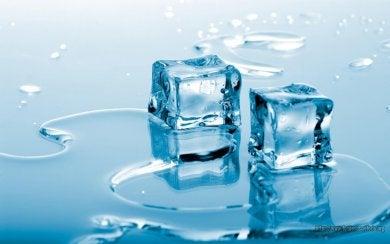 Kühlpacks selber herstellen aus Eiswürfeln
