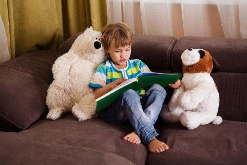 Kind mit Liebe am Lesen