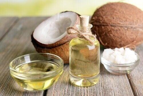 Kokosnussöl und Lavendelöl sind ein gutes Hausmittel gegen Plantarfasziitis.