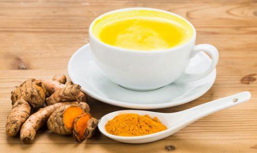 Kurkuma und Milch sind ein gutes Heilmittel gegen Arthritis-Schmerzen.