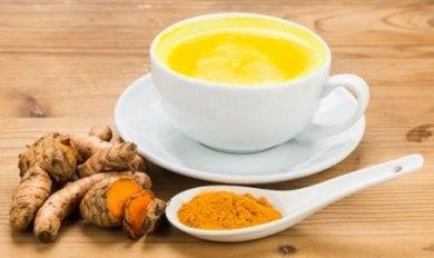 Kurkuma und Milch sind ein gutes Heiltmittel gegen Arthritis-Schmerzen.