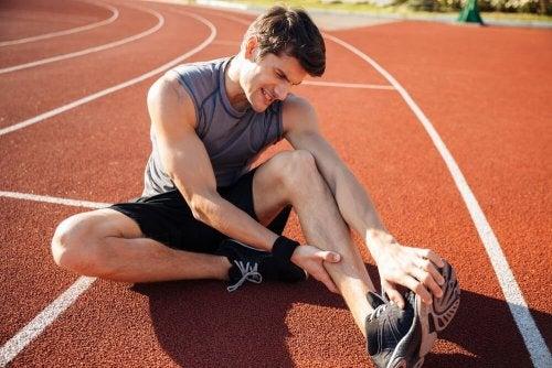 Massiere die betroffene Stelle, um Muskelkrämpfe vermeiden zu können.