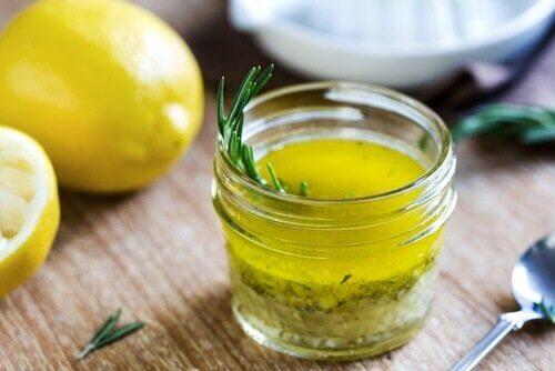 Olivenöl mit Zitrone gegen Migräne