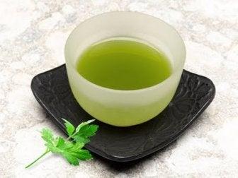 Petersielien Tee als natüliches Heilmittel gegen Sodbrennen