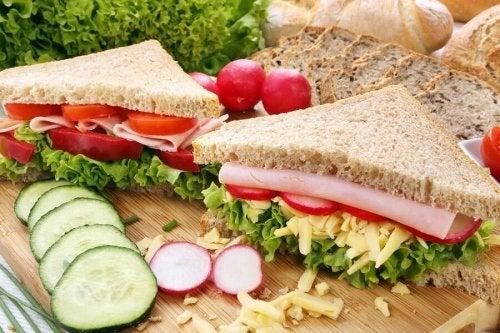 Frühstück voll Energie mit Sandwich, Gurken und Radieschen