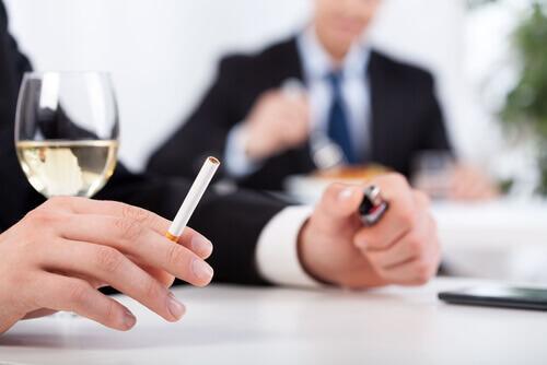 Schlechte Angewohnheit Zigarette Wein