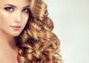 Seitliche Frisur für lockige Haare