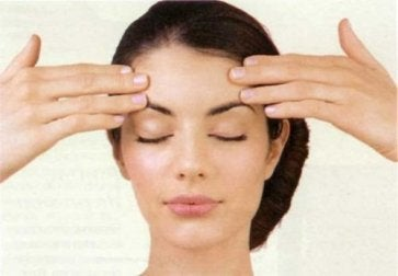 Stirnübung - Gesichtsübungen für eine straffe Haut.