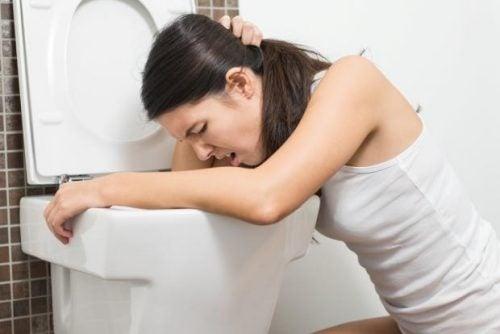 Übelkeit ist eines der Symptome, die auf Nierensteine hinweisen.