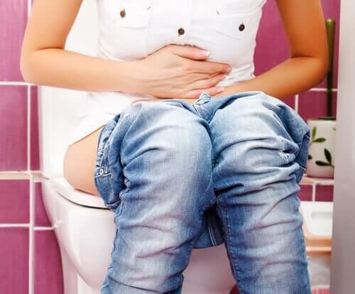 Schmerzhaftes Urinieren ist eines der Symptome, die auf Nierensteine hinweisen.