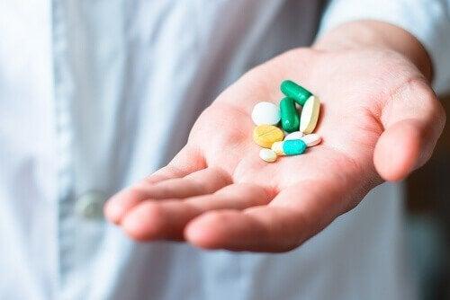 Medikamente können eine der Ursachen von Haarausfall sein.
