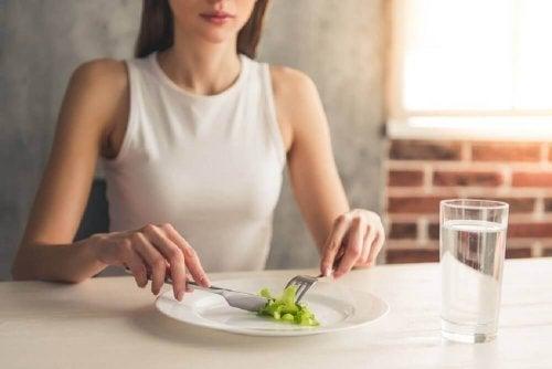 Eine schlechte Ernährung kann eine der Ursachen von Haarausfall sein.