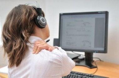 Eine der Ursachen von Nackenschmerzen kann die falsche Benutzung deines Computers sein.