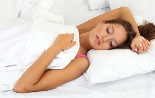 Eine schlechte Haltung beim Schlafen kann eine der Ursachen von Nackenschmerzen sein.