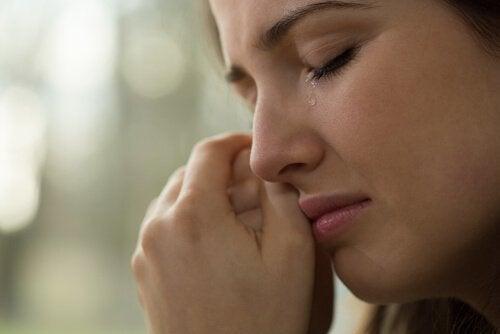 Da Tränen die Augen hydrieren, ist Weinen gut für dich.