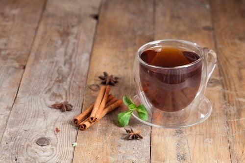 Zimt-Tee ist ein gutes Heilmittel gegen Arthritis-Schmerzen.