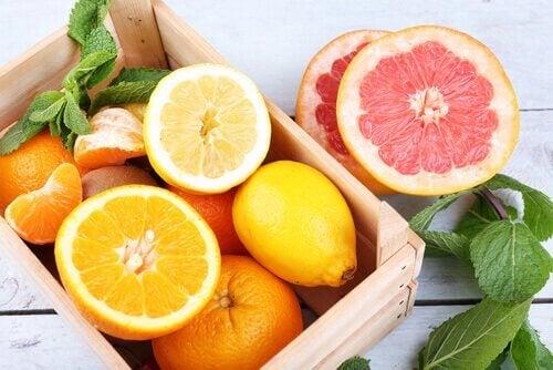 Zitrusfrüchte wie Orangen - Diese Lebensmittel verbrennen Bauchfett.