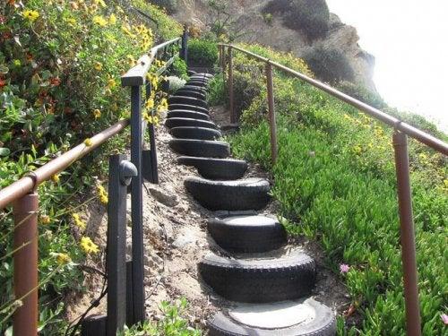 Autoreifen als Treppenstufen an steilen Hängen