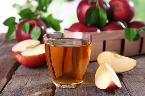 Apfelessig als Hilfsmittel, wenn du schlechten Fußgeruch loswerden willst