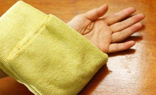 Warme Kompressen helfen gegen eingewachsene Haare