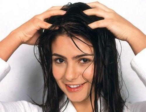 Sorgfältige Haarwäsche und tägliche Haarpflege