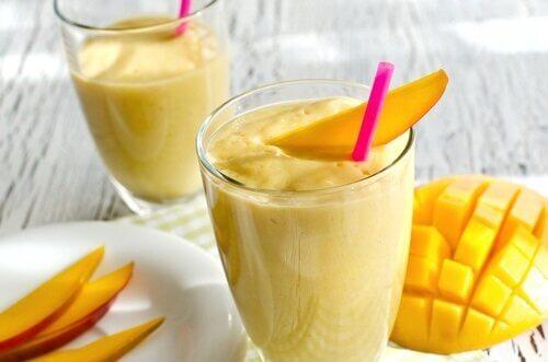 Mango-Bananen-Smoothie gegen Morgenmüdigkeit