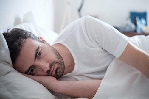 Mann im Bett muss Selbstwertgefühl nach einer Trennung verbessern